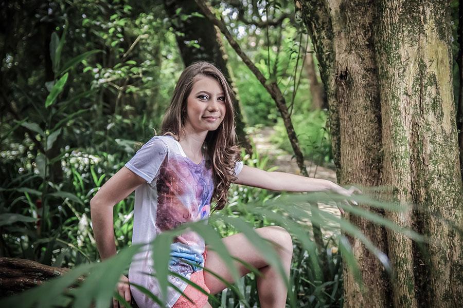 Ensaio fotográfico externo de 15 anos realizado por Bliss Fotografia no bosque Portugal no Jardim Social em Curitiba.