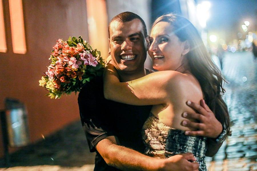 Ensaio fotográfico externo de casal realizado por Bliss Fotografia no largo da Ordem em Curitiba.