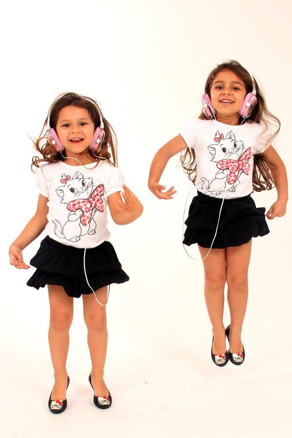 Fotografia de crianças gêmeas em estúdio fotográfico realizado por Bliss Fotografia. Fotografia infantil.