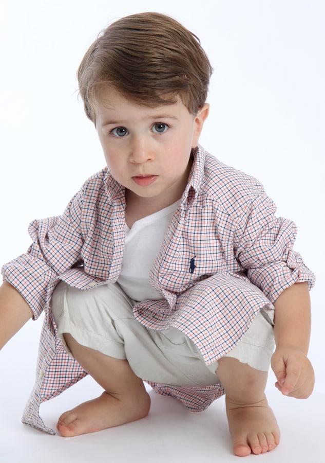 Fotografia de crianças Henrique em estúdio fotográfico realizado por Bliss Fotografia. Fotografia infantil.