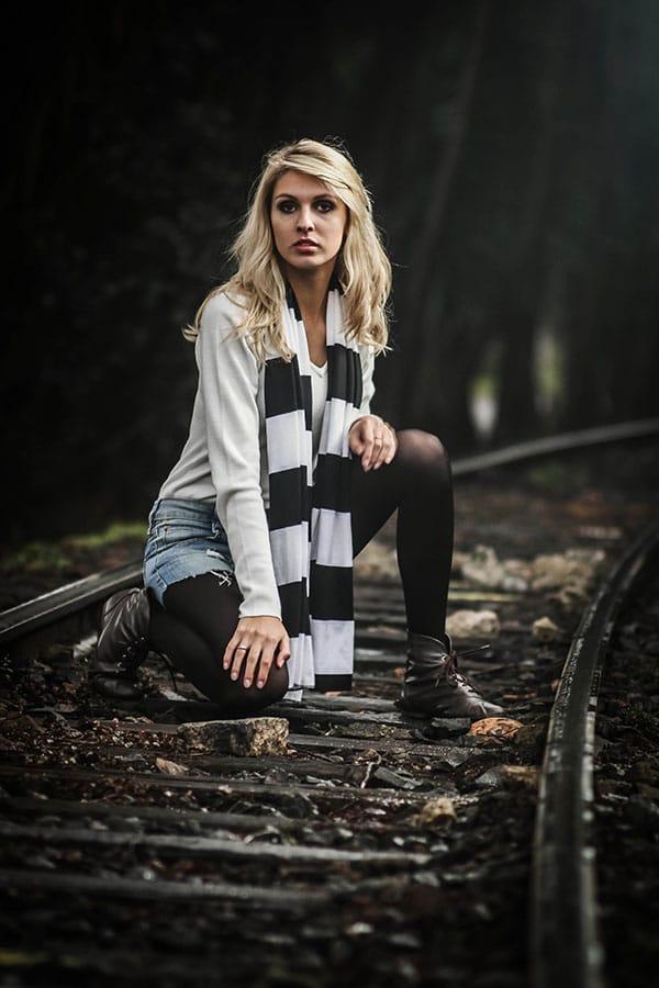 Ensaio fotográfico externo de 18 anos realizado por Bliss Fotografia no trilho de trem do Hugo Langue.