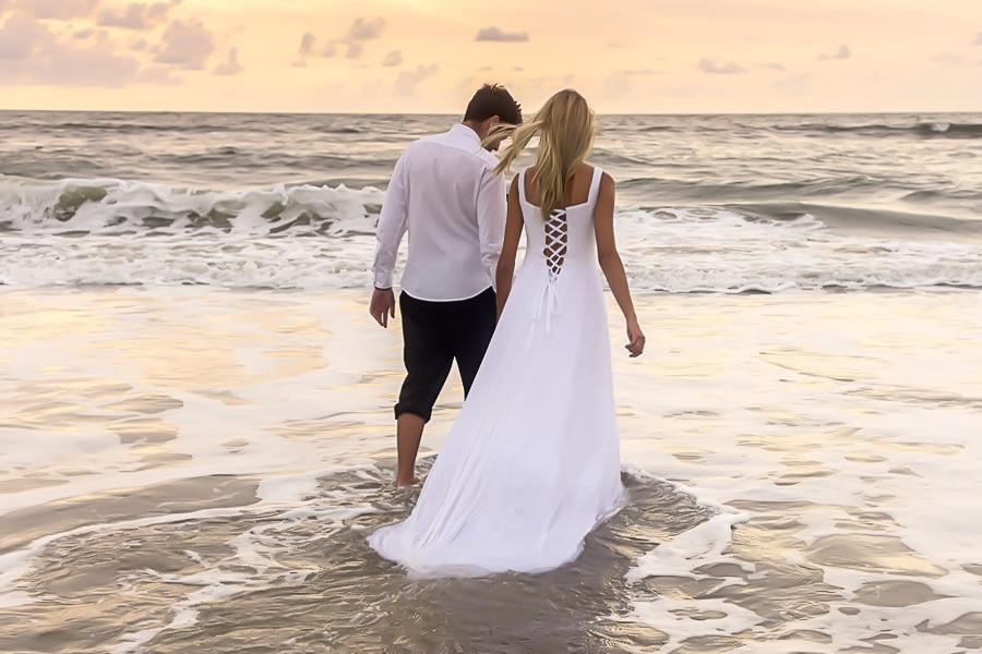 Fotografia de trash the dress realizado no litoral do Paraná. Fotografo da Bliss Fotografia..