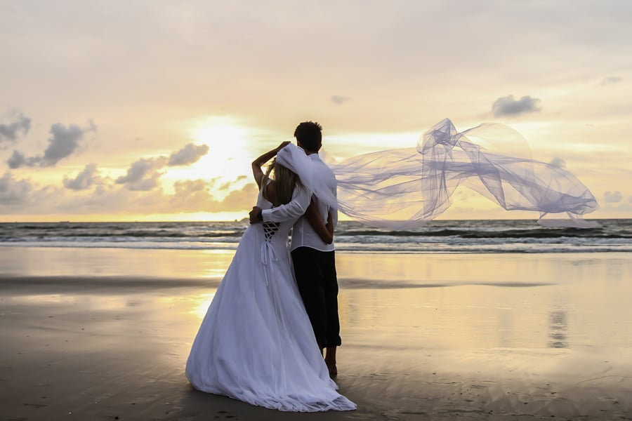 Fotografia de trash the dress realizado no litoral do Paraná. Fotografo da Bliss Fotografia.