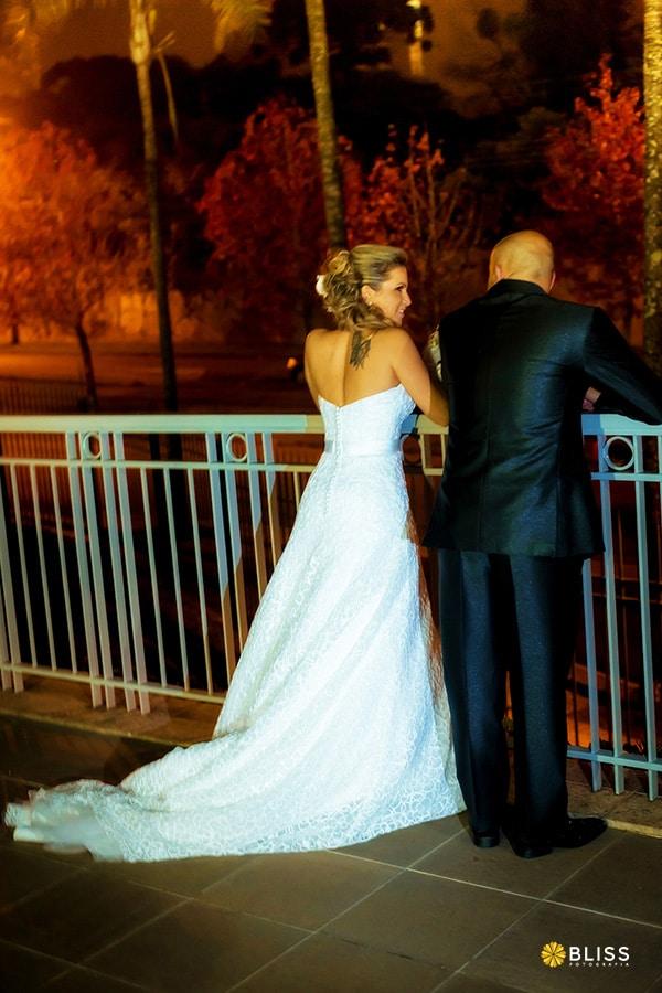 Fotografia de casamento realizado por Bliss Fotografia. Fotografo Curitiba. Ensaio entre cerimonia e festa na canaleta do Expresso em Curitiba.