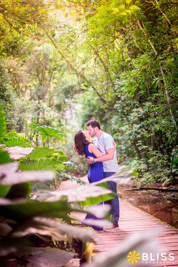 Ensaio fotográfico de noivos na unilivre em  Curitiba realizado por Bliss Fotografia.