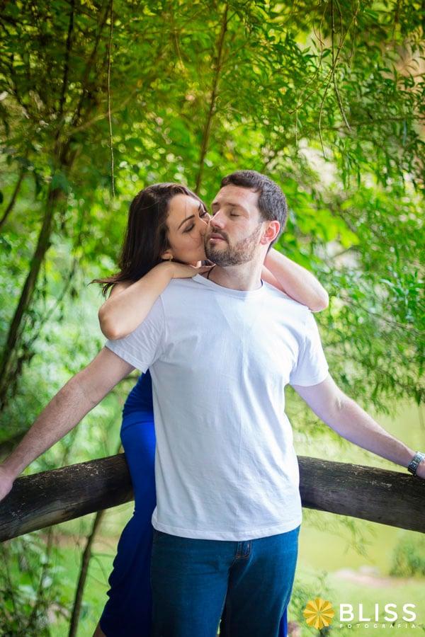 Ensaio fotográfico de noivos no bosque alemão em  Curitiba realizado por Bliss Fotografia.