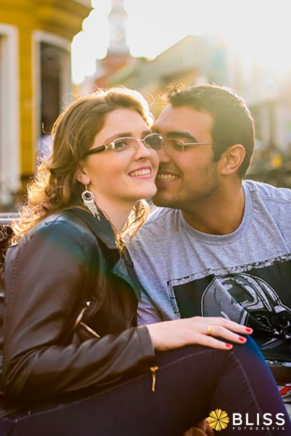 Ensaio fotográfico de noivos no largo da ordem em Curitiba realizado por Bliss Fotografia