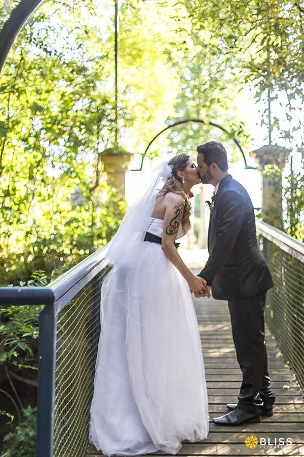 Fotos de casamento no Santuário Nossa Senhora da Salette realizado por Bliss fotografia. Fotos de casamento em no bosque portugal no jardim social. fotografo de casamento curitiba