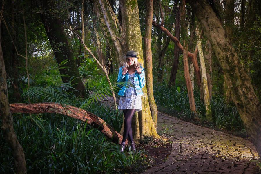 Ensaio fotográfico externo de 18 anos realizado por Bliss Fotografia no boque Portugal no Jardim Social em Curitiba.