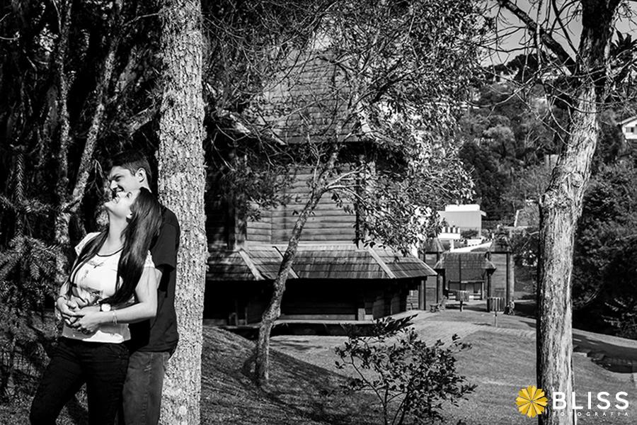 Ensaio fotográfico externo de casal realizado por Bliss Fotografia no parque Tingui em Curitiba.